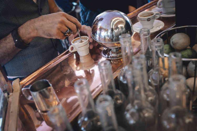 Un client profite d'un café au comptoir du «Café des 2 Moulins» dans le dix-huitième arrondissement de Paris, le 15 juin.
