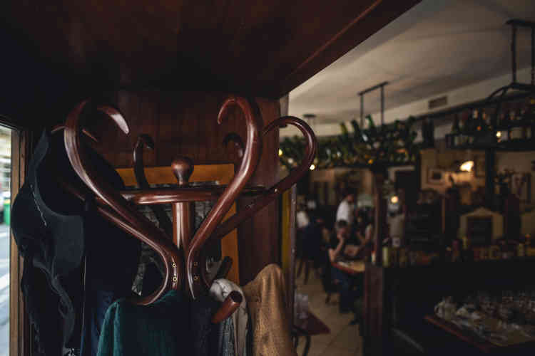 Porte-manteau l'intérieur du bistrot«Le Mesturet» dans le deuxième arrondissement de Paris, le 15 juin.
