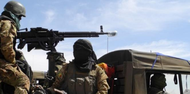 Des militaires maliens patrouillent dans le centre du pays, en novembre 2017.
