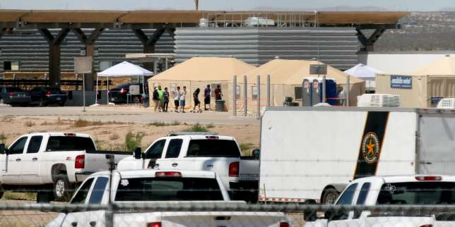 """TOPSHOT - View of a temporary detention centre for illegal underage immigrants in Tornillo, Texas, US near the Mexico-US border, as seen from Valle de Juarez, in Chihuahua state, Mexico on June 18, 2018. Mexico strongly condemned US President Donald Trump's administration Tuesday for its policy of separating immigrant children and parents detained after crossing the US-Mexican border, calling it """"inhuman."""" / AFP / HERIKA MARTINEZ"""