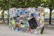 """«Cette œuvreest emblématique de l'intérêt que Gordon Matta-Clark a voué d'emblée à l'art, l'architecture, l'activisme politique et l'engagement citoyen. Imaginant qu'il pourrait mettre son savoir-faire d'architecte au service de formes d'abris durables, il fait de """"Garbage Wall"""" un élément de construction que tout un chacun peut installer rapidement et à peu de frais.»"""
