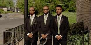 Jamaal, Sam et Christopher Franklin, alias«les triplés», devant l'église familiale à Memphis, où ils se produisent chaque dimanche matin.