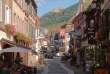 Vue de la Grand-Rue, à Ribeauvillé (Haut-Rhin), petit village touristique situé au cœur du vignoble alsacien.