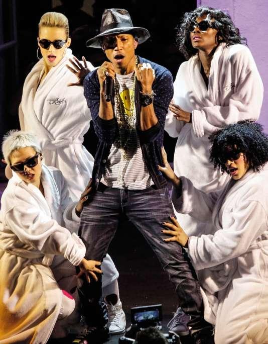 Le chanteur Pharrell Williams lors d'un concert à la galerie Perrotin, à Paris, le 26 mai 2014.