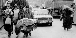 Des Bosniaques musulmans fuient la ville de Visegrad, dans l'est de la Bosnie, le 16avril 1992.