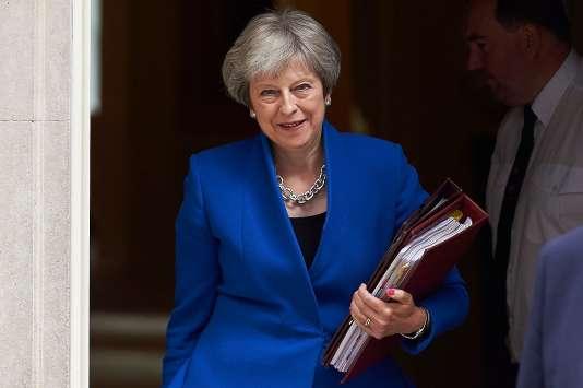 La première ministre britannique, Theresa May, à son départ de Downing street vers les débats à la Chambre des communes, le 20 juin.