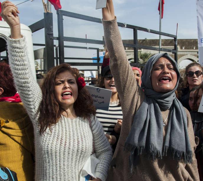 Lors d'une manifestation pour l'égalité des droits entre les hommes et les femmes, à Tunis, le 10 mars.