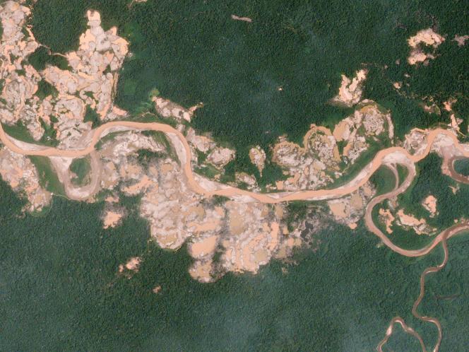 Au Pérou, les activités minières illégales détruisent des hectares de forêt. Photo: au sud de la rivière Malinowski en janvier 2016. Un an plus tard, en janvier 2017, la ruée vers l'or s'est accentuée.