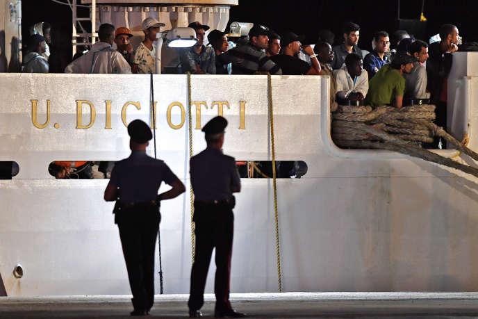 Des migrants secourus en mer attendent de débarquer d'un navire des garde-côtes italiens, en Sicile, le 19 juin 2018.