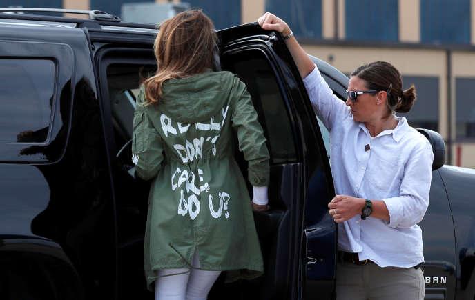 Melania Trump entre dans sa voiture, vêtue d'une veste arborant la phrase « Je m'en fiche complètement, et vous ?», le 21 juin à Washington.