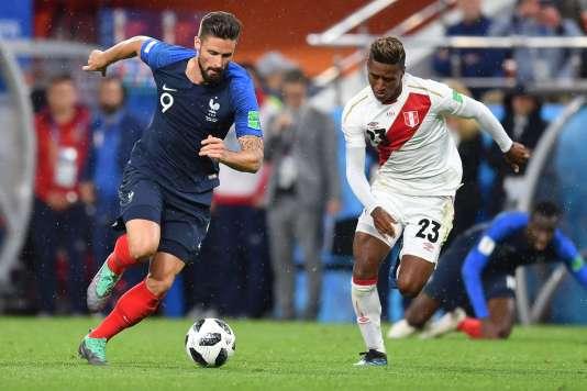 L'attaquant de l'équipe de France Olivier Giroud à la bataille avec le milieu de terrain péruvien Pedro Aquino, le 21 juin à Iekaterinbourg.