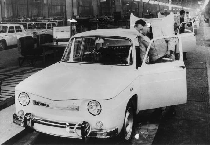 Chaîne de finition de la Dacia 1100 dans l'usine de Pitesti,non loin de Bucarest, en 1968.