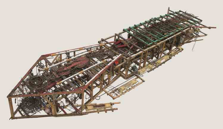 """«Agé de dix-huit ans, après des études sommaires, Emery Blagdon part sur les routes. En 1954, il hérite de la ferme de son oncle, dans le Nebraska. C'est alors qu'il commence à produire une œuvre monumentale composée de six cents assemblages et quatre-vingt tableaux disposés dans son hangar qui forment une machine géante, qu'il appelle """"Healing Machine"""" (""""machine guérisseuse""""), destinée à traiter les maladies. Ses assemblages sont constitués de toutes sortes d'objets de récupération, de fioles aussi, remplies de secrets. Chacun est selon lui chargé d'une énergie électrique, d'un champ magnétique d'où émane une aura.» Bruno Decharme"""