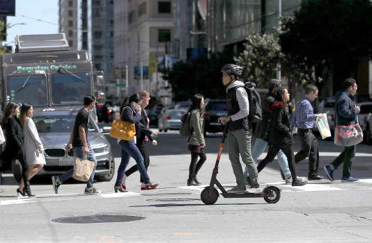 Une trottinette électrique en libre-service dans les rues de San Francisco (Californie), le 17 avril.