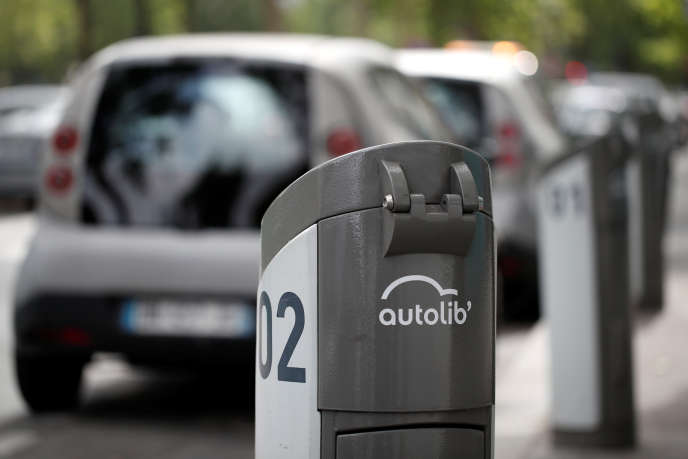 Une voiture électrique d'Autolib' charge sur une station dans Paris, le 21 juin 2018.