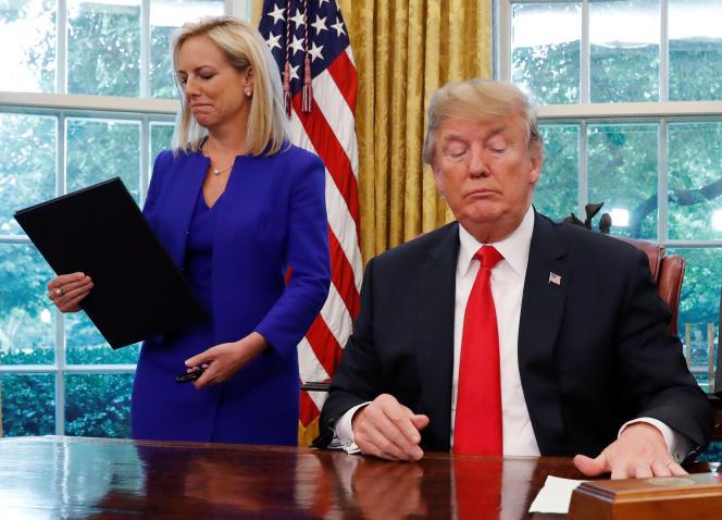 La secrétaire à la sécurité intérieure, Kirstjen Nielsen, et Donald Trump après la signature du décret, le 20 juin, à la Maison Blanche.