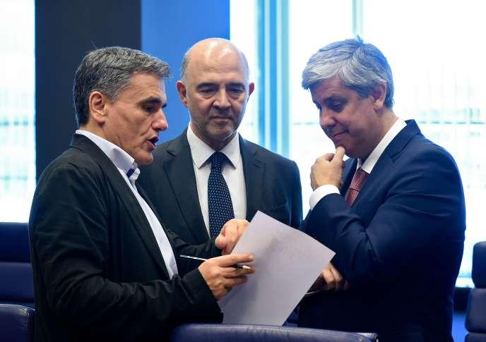 De gauche à droite, le ministre grec de l'économie, Euclid Tsakalotos, le commissaire européen aux affaires économiques, Pierre Moscovici et le président de l'Eurogroupe Mario Centeno, lors de la réunion au Luxembourg, le 21 juin.