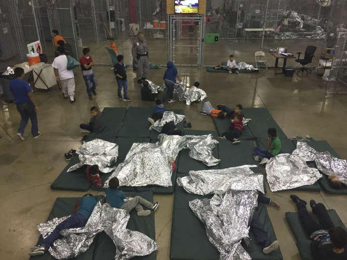 Enfants séparés de leurs parents jugés migrants illégaux, détenus au centre de McAllen (Texas), le 17 juin.