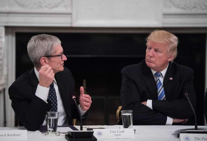 Le PDG d'Apple Tim Cook et le président américain Donald Trump lors d'une table ronde du conseil de la technologie américain à la Maison Blanche à Washington, le 19 juin 2017.