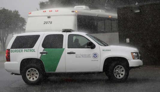 Un véhicule de police à la frontière américaine.