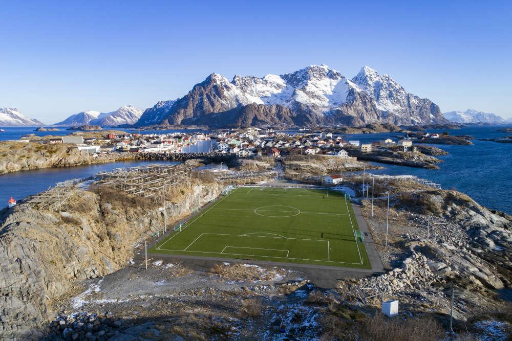 Le stade du Henningsvær FC est situé dans les îles Lofoten, à l'intérieur du cercle polaire, dans le nord de la Norvège.