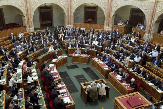 Vote de la loi rendant passible de prison l'assistance à des migrants par les parlementaires hongrois, à Budapest, le 20 juin.