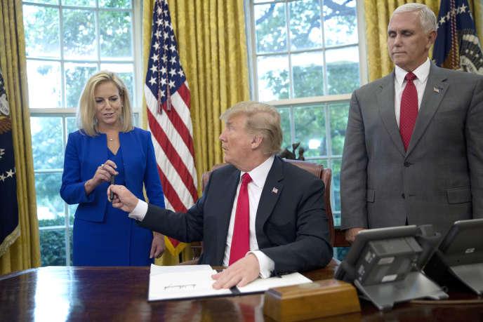 Le président Donald Trump, la secrétaire à la sécurité intérieure, Kirstjen Nielsen, et le vice-président, Mike Pence, lors de la signature du décret sur la séparation des familles, le 20 juin.