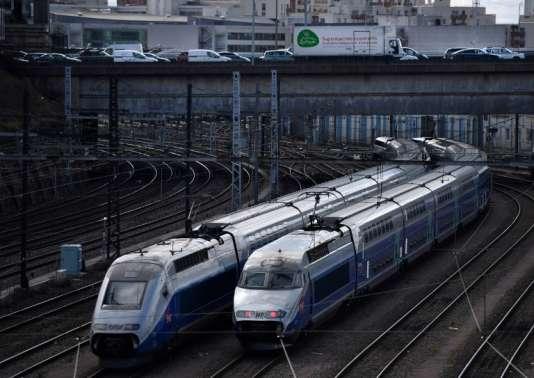 Des trains à grande vitesse stationnent sous le périphérique parisien, le 10avril.