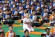 Le premier ministre indien, Narendra Modi, en train de faire du yoga pour cette quatrième journée internationale à Dehradun en Inde.