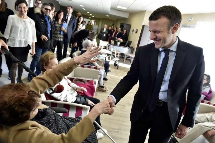 Emmanuel Macron, alors candidat à la présidence de la République, en campagne dans une maison de retraite à Talence, en Gironde, en décembre 2016.