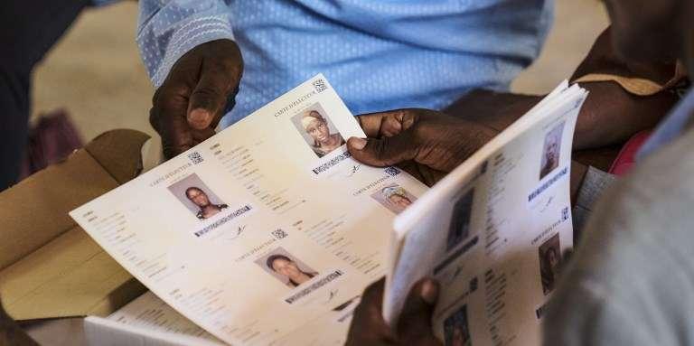 Distribution de cartes d'électeurs à Bamako, le 20juin 2018.