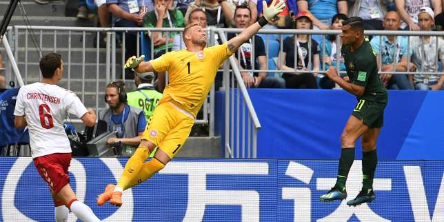 Denmark's goalkeeper Kasper Schmeichel (C) comes for a high ball against Australia's forward Andrew  Nabbout (R) during the Russia 2018 World Cup Group C football match between Denmark and Australia at the Samara Arena in Samara on June 21, 2018. RESTRICTED TO EDITORIAL USE - NO MOBILE PUSH ALERTS/DOWNLOADS  / AFP / MANAN VATSYAYANA / RESTRICTED TO EDITORIAL USE - NO MOBILE PUSH ALERTS/DOWNLOADS
