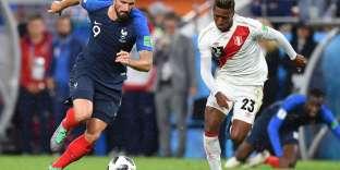 L'attaquant de pointe de l'équipe de France Olivier Giroud à la bataille avec le milieu de terrain péruvien Pedro Aquino, le 21 juin à Iekaterinbourg.