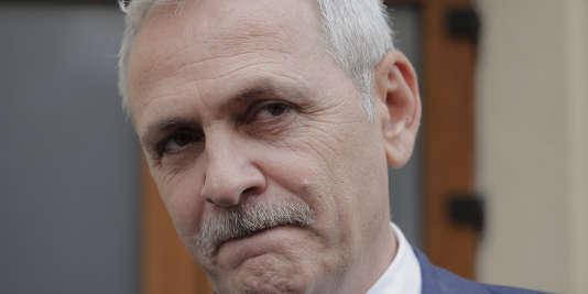 Liviu Dragnea, chef du parti social-démocrate, à sa sortie du bureau du Parquet national anticorruption, le 27 avril, à Bucarest.