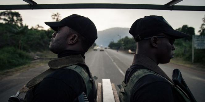 Des soldats de la 21e Brigade d'infanterie motorisée patrouillent dans les rues de Buea, au Cameroun, le 26avril 2018.