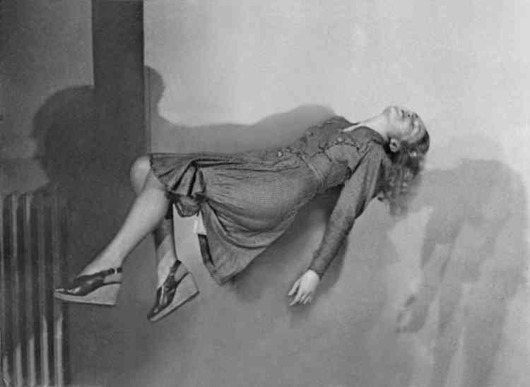 «Corps en suspension, gestes stoppés participent de l'univers de cette artiste, passée maître dans l'art du montage, du découpage, de la retouche. Sur cette photographie, une femme paraît en attente comme suspendue, en lévitation comme portée dans un courant d'air et dans une attente figée par l'étirement du temps comme une résistance au drame à venir.» Aline Vidal