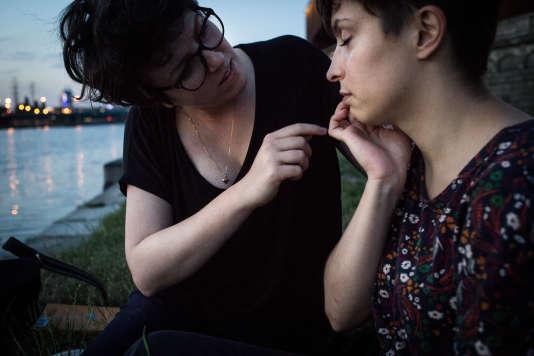 Martyna et Olga, sur les bords de la rivière Vistuale, à Cracovie (Pologne), le 1er juillet 2016.
