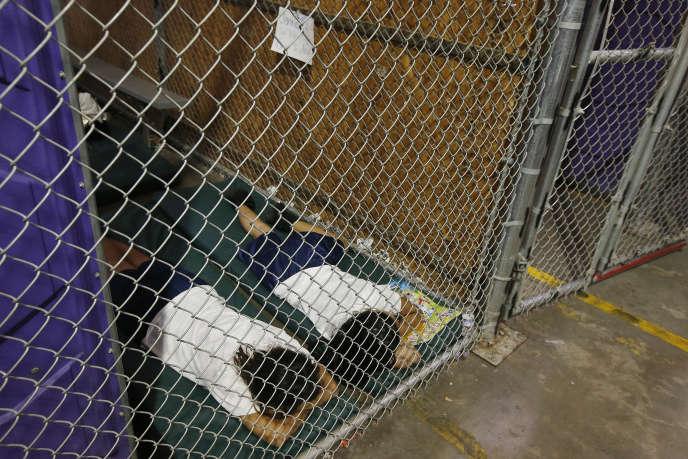 Deux mineures isolées dorment dans une cellule de rétention, en Arizona, en2014, sous l'administration Obama.