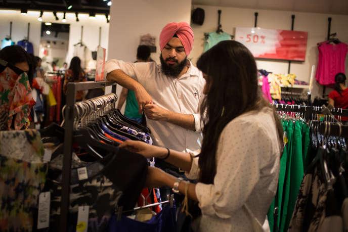 Dans une boutique de vêtements dans un centre commercial de New Delhi, le 6 juillet 2014.