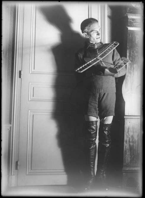 """«Nous ne savons rien de l'identité de cet artiste qui, pendant près de trente ans, dans l'intimité de son appartement, se met en scène, se travestit et prend des photos. Cet ensemble d'une centaine de photographies, réalisées entre 1940 et 1970, a été trouvé dans une enveloppe soigneusement cachée des regards par la galerie Lumière des roses qui a nommé ce photographe """"Zorro"""" en référence à des photos où on le voit, fouet à la main, devant une affiche du film.» Bruno Decharme"""