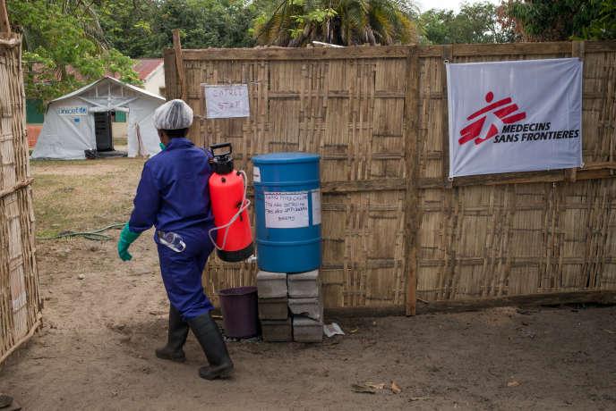 Un employé de MSF dans un centre de l'ONG à Madagascar.
