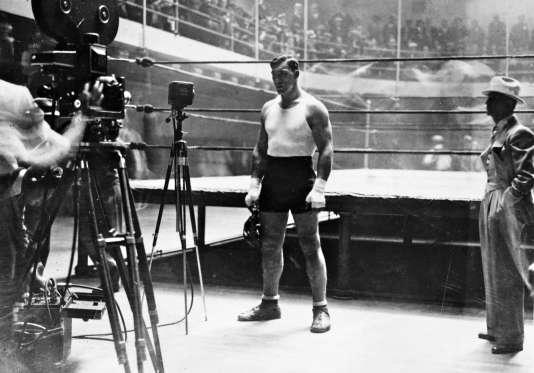 Primo Carnera (1906-1967) s'entraîne avant de combattre Jack Sharkey à New York en juin 1931.