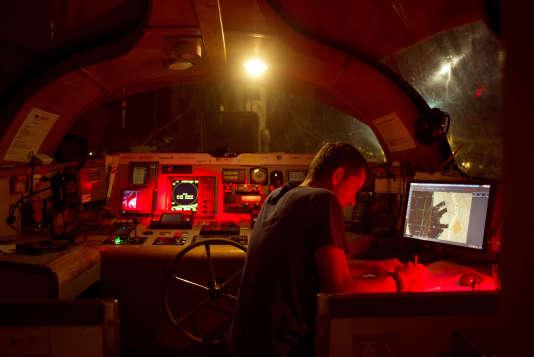 Au port d'Honolulu, le capitaine de «Tara», Yohann Mucherie, prépare, depuis le poste de navigation, la traversée vers Portland (Oregon), le 20 juin.