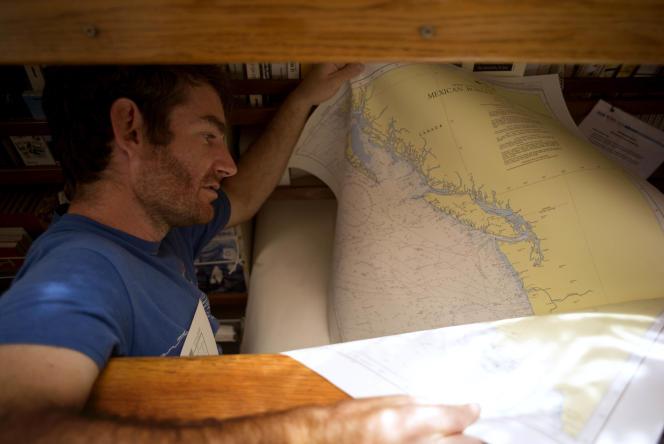 Le capitaine en second, Daniel Cron, vérifie les cartes pour la navigation à travers le Pacifique Nord, entre Hawaï et Portland (Oregon).