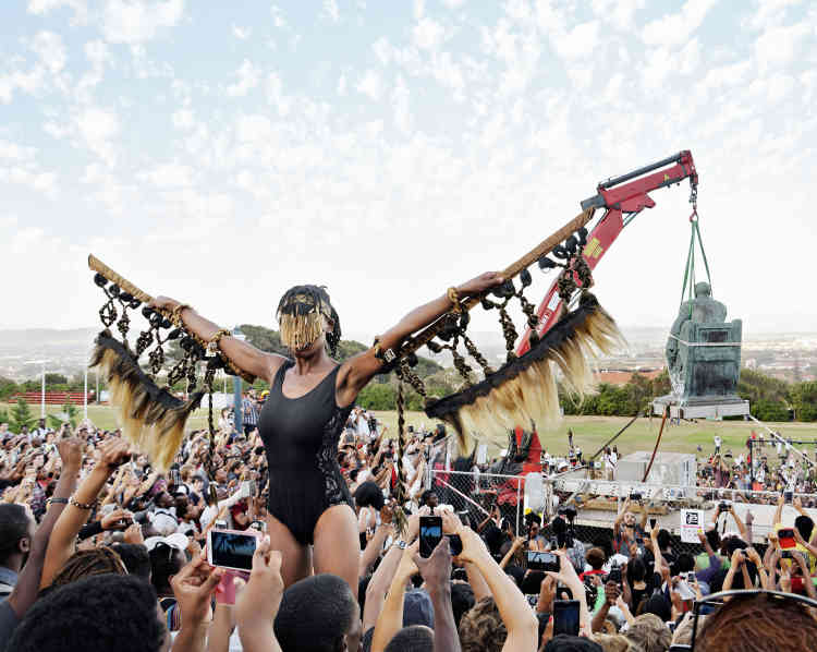 «En 2015, au milieu d'un campus universitaire bondé de monde, l'artiste, exaltée par le déboulonnage de la statue de Cecil Rhodes, grand colonialiste britannique, entreprend une performance, parée d'ailes, telle la figure frénétique d'une conquérante, semblable aussi à une statue vivante parcourant les espaces publics pour captiver sa communauté.» Aline Vidal