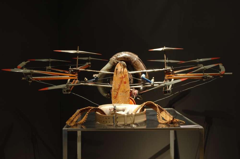 «A la fois artiste mais aussi physicien, ingénieur, inventeur et visionnaire, Henri Van Herwegen dit Panamarenko a développé une véritable poétique des mécaniques du vol, imaginant des engins à la fois drôles, étonnants et réalisables‒ tel ce costume conçu pour un hypothétique aviateur japonais.» Aline Vidal