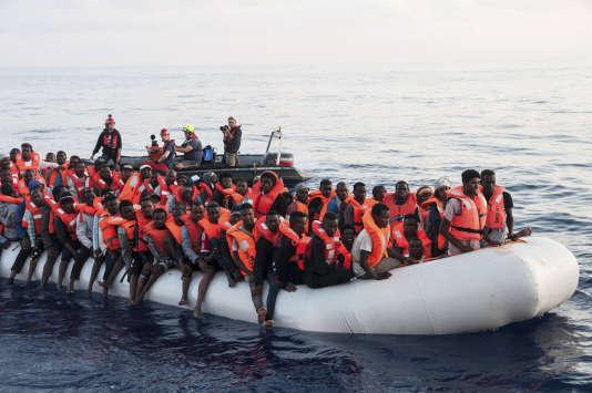 Des migrants sauvés par l'ONG Mission Lifeline, empêchés de débarquer en Italie et à Malte.