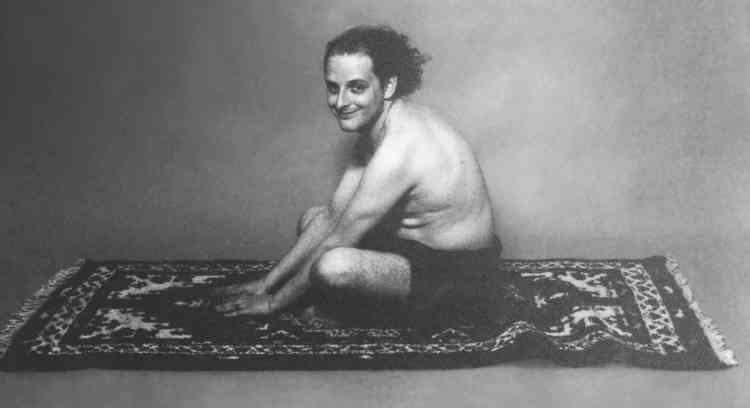 «Depuis les années 1970, c'est par le biais d'autoportraits photographiques qu'Urs Lüthi interroge, non sans humour, la question de l'identité et son rapport à autrui. Cultivant l'art du travestissement, il se met, ici, en scène sur un tapis, cheveux au vent, l'air goguenard, assis en tailleur tel un fakir.» Aline Vidal