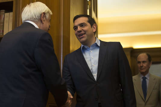 Le premier ministre grec, Alexis Tsipras, retrouve le présidentProkopis Pavlopoulos (de dos), le 22 juin 2018, après les négociations avec les ministres de la zone euro.