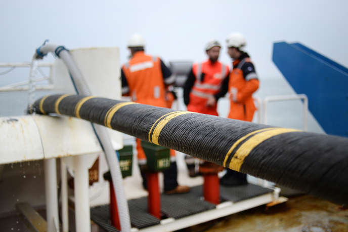 Installation d'un câble sous-marin entre Quiberon et Belle-Ile-en-Mer (Morbihan), en 2015.